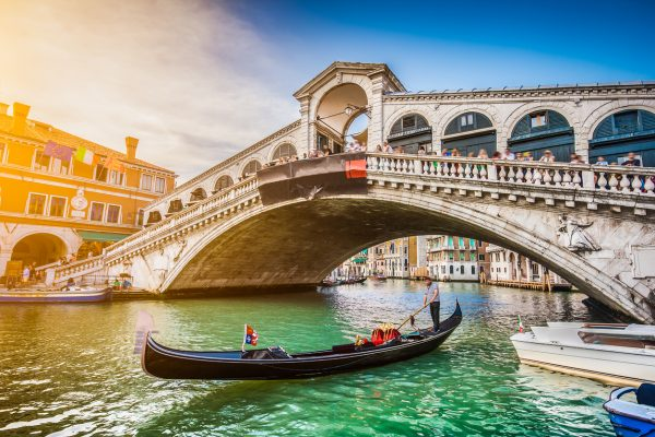 Gondola on Canal Grande with Rialto Bridge at sunset, Venice - Viaje a Italia